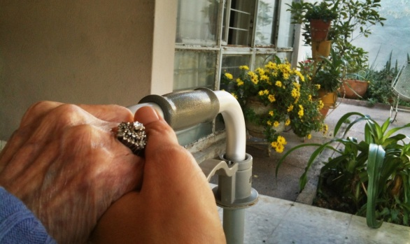 Mi abuela y yo en el porche el día que salió el sol.